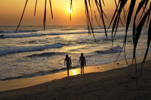 Den bästa avslutningen på en dag - att långsamt paddla ut i vågorna i solnedgången.