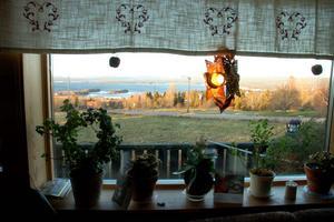 Julstjärnan hos Tage och Margith Hanser på Digerberget. Tio minuter över elva i tisdags förmiddag började den lysa igen.