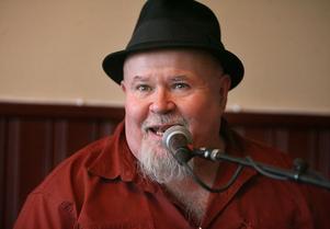 Café Ljusnelaxen började kännas som ett litet mysigt hak i New Orleans när Gene Taylor rev av sin tredje låt. Nog bjöd han på volym, alltid, Gene.