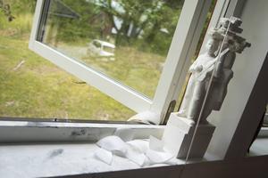 Utanför sitt fönster gjorde Jan-Eric Håkansson nästa otrevliga fynd – en stor kniv.