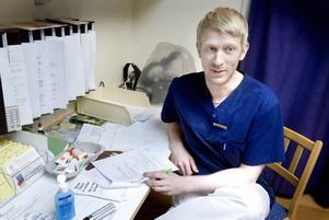 Hudläkaren Mattias Karlqvist på Gävle sjukhus gjorde omkring 40 tiominutersundersökningar i går. Löpandebandkontrollen av hudfläckar var en del av den europeiska Euromelanoma Day, som har syftet att förebygga och tidigt upptäcka hudcancer.