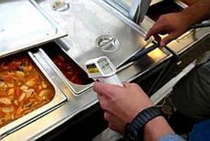 Foto: ANNAKARIN BJÖRNSTRÖM Bråda dagar. Matkontrollanterna har en hektisk vecka under den heta Cityfesten. Andreas Nyberg ger detta kök godkänt. Han tror att fjolårets noggranna kontroller är orsaken till att det ser bra ut i år också.
