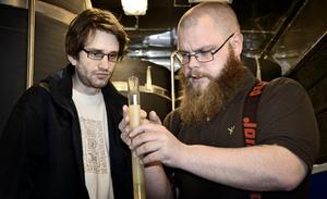 Ett provrör med mjöd. Med råvaror från Bergslagen. Johan Pihl och Joel Karlsson har startat en mjödfabrik i Hällefors.
