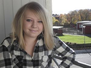Hon älskar Råby. Emelies favoritplats i Västerås är på Råby. Här står hon på balkongen till henne och pojkvännens lägenhet.Foto: Elisa Amorelli