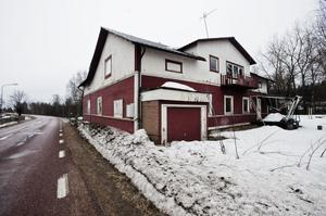 Chansen finns att få ett hus billigt. Det stora röd-vita huset i Trönö ska säljas. Ägaren Stenbacken-kooperativet begär 100 000 kronor.