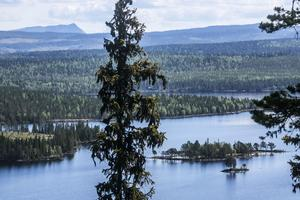 Utsikten från berget ovan byn är hänförande över sjö, skog och fjäll.