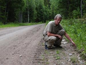 Behov av upprustning. Under åren 2007-2009 kommer det att investeras cirka 2,8 miljoner kronor i huvudvägarna inom Leksand-Floda vägars samfällighet. Enligt Tommy Lannemar, ordförande i Leksand-Floda vägars samfällighet, så är vägen i stort behov av upprustning. Vägbanan ligger idag så lågt att vattnet rinner ner på vägbanan och stannar där, istället för att rinna ner på sidan av vägen. Foto:Göran Persson