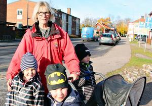 Kommunen behöver satsa på fler bostäder i Hamrångebygden, främt ett seniorboende, tycker dagbarnvårdaren Solveig Eriksson, här på promenad med Arvid Franke, Oliver Eriksson och Melvin Johansson.