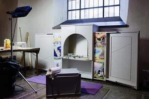 För de minsta. En nyhet i den nyrenoverade kyrkan är barnaltarskåpet med bibliska illustrationer målade av en utsocknes konstnär.