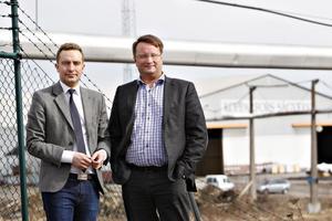 Tomas Tobé och Lars Beckman tror inte på några mirakelkurer för de som blir arbetslösa. De flesta får räkna med att pendla till nya jobb, men då måste samhällservicen i Norrsundet finnas kvar.