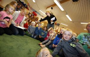 """Full fart. Fritidsgrupper blir allt större. """"Jag märker att barnen är mer oroliga i dag """", säger Eva Mattsson, fritidsledare på Svanbergaskolan."""