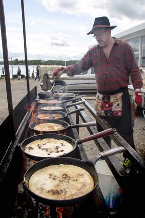 Per Persson från Bogårdens jaktlag gräddar kolbullar till hungriga festivalbesökare.
