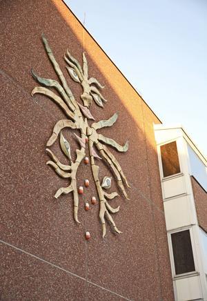 På fasaden vid Östersunds sjukhus huvudentré finns konstverket