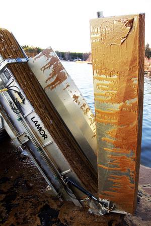 Inte en centimeter på båten är fri från olja. De långa armarna som sänks ner mot vattnet när oljan ska samlas upp är nerkletade.