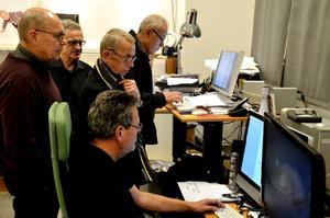 Gemensam verkstad. Släktforskare, fotoklubbister och filatelister jobbar tillsammans hos Rolf Karlsson fram en utställning till Arkivens dag.