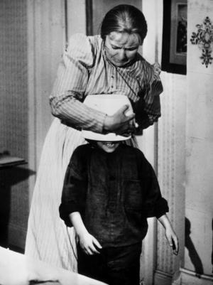 En klassisk scen ur Emil i Lönneberga-filmerna. Emil, spelad av Jan Ohlsson, har satt soppskålen på huvudet och kan inte få loss den. Emils mamma Alma, som spelas av Emy Storm, försöker hjälpa till.