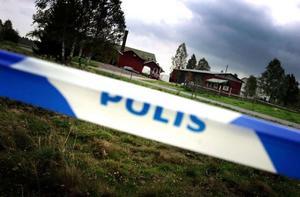 Avspärrningar i Rågsveden, Äppelbo, där Marie Samuelsson hittades mördad hösten 2003.