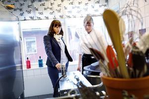 Åsa Romson visades runt i förskolan Linneans kök av kocken Carina Berglund.