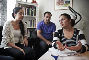 Familjens stöd. Hela familjen Akgul påverkades när Helin hade ont. Här sitter hon tillsammans med sin mamma Aynur och pappa Alex.