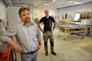 Ramos vd Per Anders Arvidsson tillsammans med fabriksarbetaren Magnus Svedberg i fabriken i Pilgrimstad.
