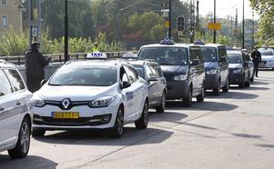 en hopplös kö. Men inte för kunden. Taxichaufförerna däremot har svårt att få både ekonomin och tillvaron att gå ihop.Foto: Kenneth Hudd