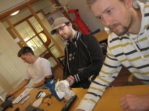 David Westberg (t h) och klasskamraterna Mattias Viklund och Jonas Nordlander följer Campus Nyköpings utbildning i elteknik från hemmaplan i Sandviken.