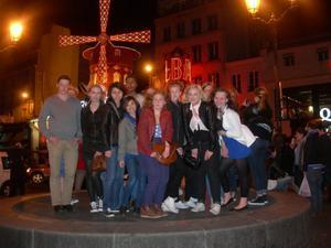 FOTO: MARGARETA ZAKRISSON Några av de svenska eleverna utanför Moulin rouge som ingick i besöket i Paris.