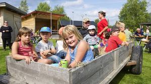 Barnen satt på första släpet när det var veterantraktorkortege runt byn.