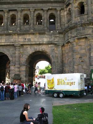Här genom Porta Nigra red de romerska soldaterna för 2000 år sedan. I dag går ölbilarna i skytteltrafik genom den historiska porten, för att släcka törsten på alla turister som vallfärdar hit.