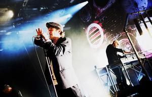 """SUNDSVALLSMUSIKER BAKOM  ROCKLEGENDAREN. När Thåström kliver på Sporthallens scen i kväll gör han det tillsammans med den förre Sundsvallsmusikern Mikael Nilzén. """"Det är ett otroligt bra band, som trivs väldigt bra ihop"""", säger han."""