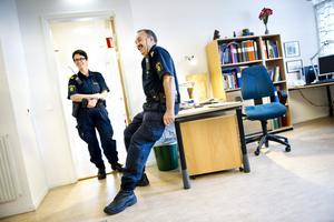 Statistisk ökning. Enligt statistiken har antalet polisanmälda brott ökat i Hällefors kommun det senaste året. Men statistik ska läsas med försiktighet framhåller polis Sven-Åke Hultman här tillsammans med kollegan Anna-Karin Stéen.