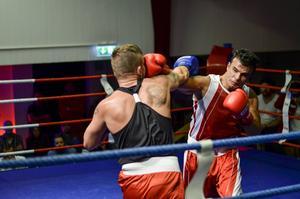 Ahmed Ali knockade sin motståndare Mikael Jaeger i tredje ronden av sin match i Fight Night på Söders Källa. Falkenboxaren imponerade stort efter tre veckors hård och intensiv träning.
