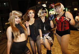 Lady Gagas monsterfans och deras monster-hälsning.
