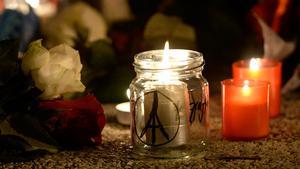 Levande ljus hedrar offren för terroristattacken i Paris.