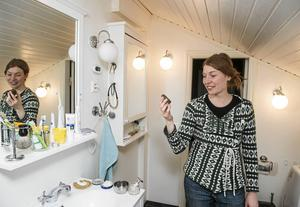 I badrummet finns det nu nästan inga plastförpackningar. I handen håller Laurène ett hårt schampo som räcker cirka ett år för henne.