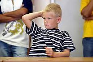 Foto: LARS WIGERT Upprop. När man heter Sjökvist i efternamn får man vänta länge på att bli uppropad. Gustavs namn står näst sist på klasslistan.