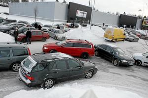 Bilarna trängdes med varann och snövallarna utanför medievaruhusen.