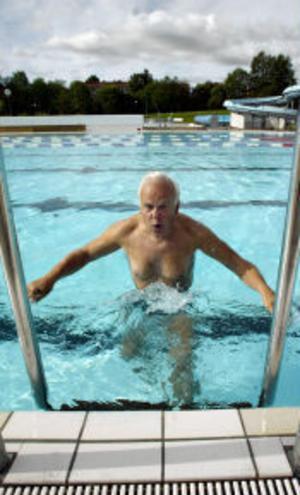 Bertil Dohrman glider ner i det varma sköna vattnet (28 grader). I luften var det betydligt kallare i går morse.