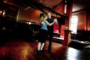 """""""Sjukt roligt"""". Tommy Selggren och Kerstin Hede är tangofantaster och undervisar för att sprida dansen till fler. """"Tangointresset växer ju sakta men säkert. För något år sedan var det bara 10 personer som dansade tango här, men nu om alla skulle vara här skulle det säkert vara 40 personer"""", säger Gävlebon Tommy Selggren om tangocafét som arrangeras varje onsdag på Musikhuset i Gävle."""