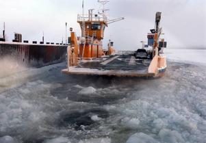 Det är tungt för färjan mellan Norderön och Håkansta att ta sig fram i isen. Så fort isvägen mellan Sunne och Vällviken öppnar tas färjan ur trafik.