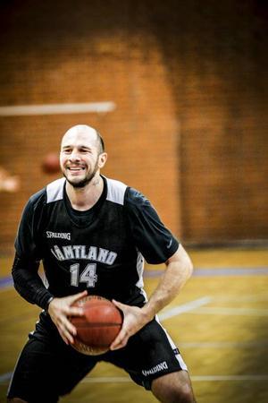 Här är han; Srdjan Vukovic, ny forward i Jämtland Basket. Den 27-årige Vukovic har under hösten varit den mest effektive spelaren i hela division 1 södra. Han har ett snitt på 24 poäng och 11 returer.
