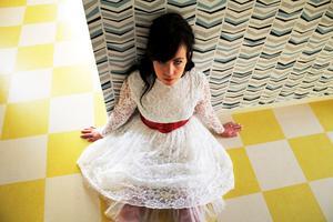 Den vita spetsklänningen är en brudklänning från 60-talet.