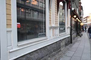 På fönstren till lokalen på Stationsgatan sitter Kecathus namn fortfarande uppsatt.