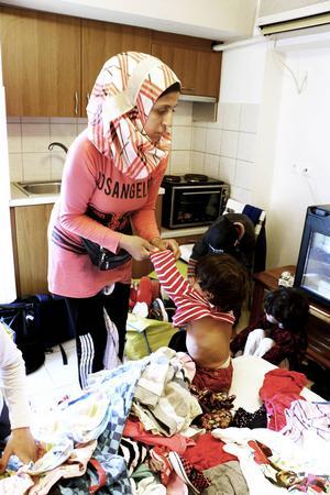 Ranim följde med Maria Westin till hennes hotellrum och plockade ihop kläder till barnen.