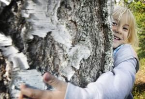 Mathilda Fredriksson från 1A hittade ett träd med en fågelholk och det kändes bra att krama det trädet tyckte hon.