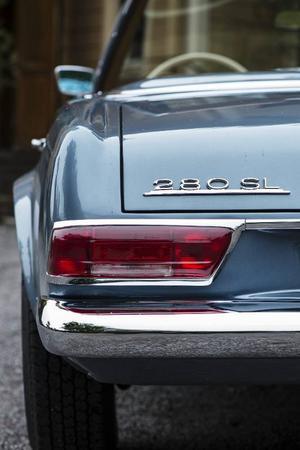 Pagodan ersatte två sportbilar som Mercedes producerade, den svindyra 300 SL och den betydligt billigare 190 SL. Det blev succé redan vid premiären 1963.