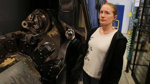 Katarina Wedin, produktionstekniker på Secoroc, vid en av maskinerna där borrkronorna görs.