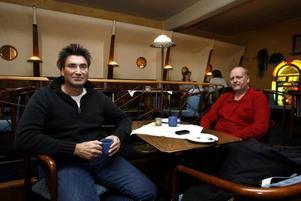 Peter Nordqvist och Thomas Eriksson drack kaffe på kafé i går.–Det blir ungefär en kopp om dagen på jobbet. Jag har inte ens kaffe eller bryggare hemma, säger Thomas Eriksson.