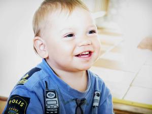 1-årige Maximilian tittar på Alfons Åberg och har nyss kommit hem från ett besök hos Specialisttandvården där de slipat hans vassa tänder.