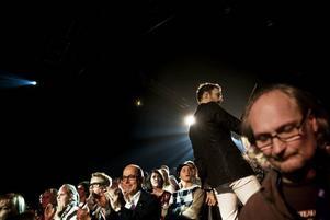 Mycket folk. Programledaren Peter Jihde ska stå bland publiken och snacka. Och publiken består inte bara unga tjejer utan av TV4:s vd Jan Scherman också.